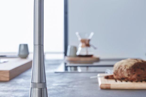 Co powiesz na baterię do kuchni, którą można obsługiwać za pomocą łokcia lub nadgarstka? To świetne rozwiązanie dla tych, którzy sporo gotują, pieką, a więc brudzą się w kuchni.