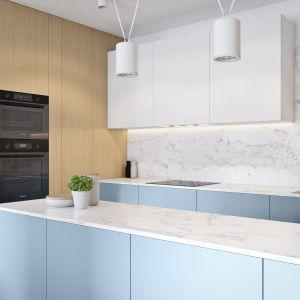 Biel, drewno i błękit nadają kuchni ciepły, przytulny klimat. Projekt i wizualizacje: Mateusz Limanówka, Spacja Studio