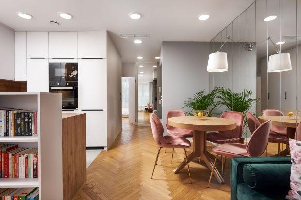 Nieduże, bo 48-metrowe mieszkanie, urządzone jest bardzo wygodnie, przytulnie i estetycznie. Nowoczesne, proste formypięknie łączą się tu z elementami stylu eklektycznego, z kolorami orazz klasyczną jodełką.<br /><br />