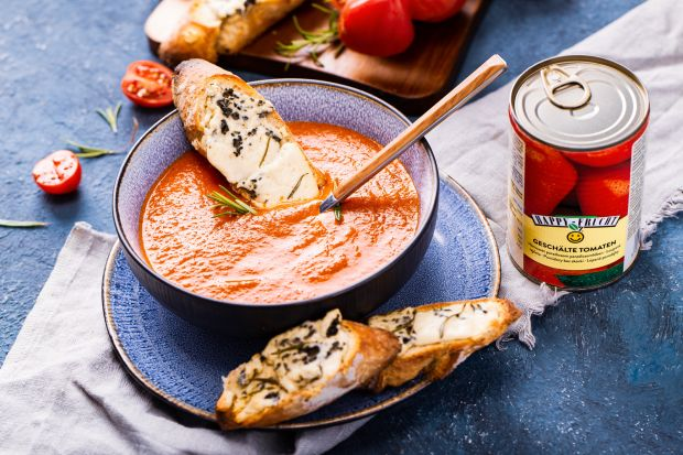 Polecamy przepis na zupę krem z pomidorów i papryki w towarzystwie grzanek z bagietki. Świetnie smakuje i jest bardzo prosta oraz szybka w przygotowaniu.<br /><br />