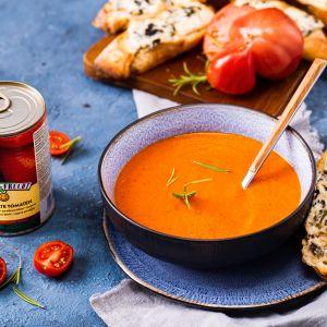 Krem z pomidorów i papryki w towarzystwie grzanek z bagietki. Fot. VOG Polska