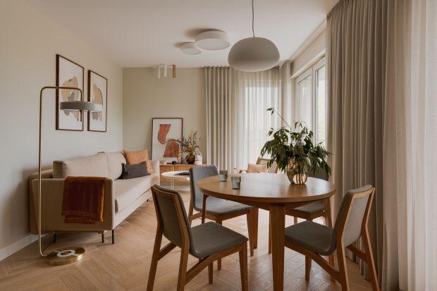 50-metrowe mieszkanie jest pełne światła. Wnętrze urządzone zostało w jasnych kolorach z lekkim akcentem w stylu lat pięćdziesiątych. Całość dopełnia odrobina złota.