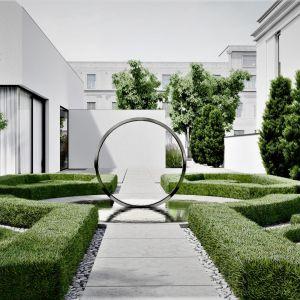 Ozdobą domu jest ogród francuski, inspirowany barokiem. .Projekt: pracownia Core
