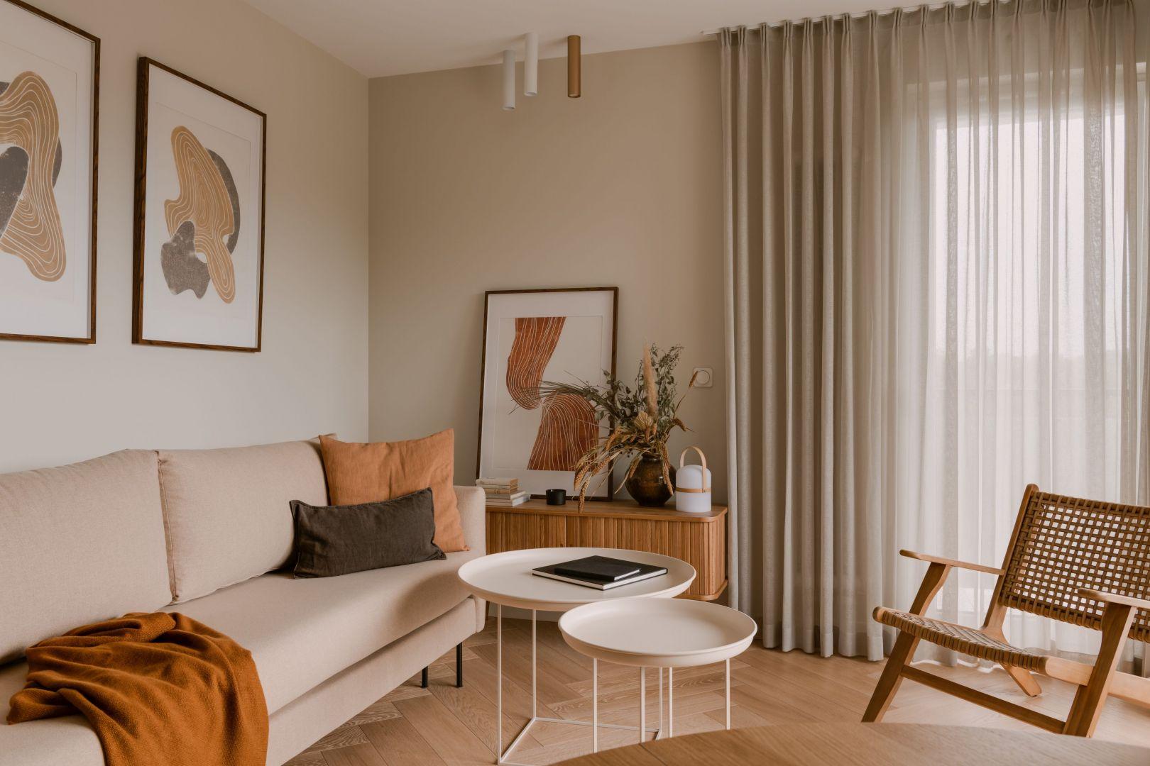 Salon urządzony został w jasnych kolorach. Projekt: Magdalena Gajda. Fot. ONI Studio