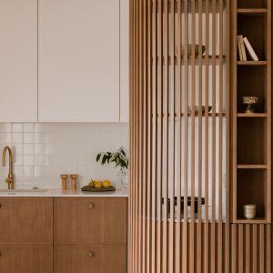 Biel i drewno zastosowane w kuchni prezentują się pięknie i ponadczasowo. Projekt: Magdalena Gajda. Fot. ONI Studio