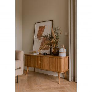 Fronty drewniane komody w salonie nawiązują do wykończenia szafek w kuchni. Projekt: Magdalena Gajda. Fot. ONI Studio