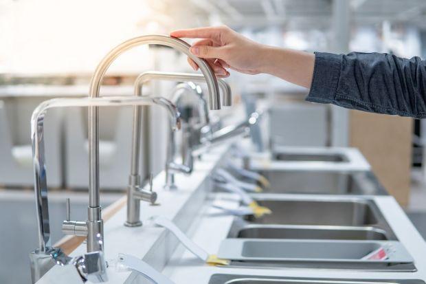 Statystyczny Polak każdego dnia zużywa bezpośrednio aż 92 litry wody. Tymczasem jej zasoby są w Polsce jednymi z najuboższych w Europie. Oszczędzając wodę, możemy nie tylko powstrzymać groźny trend zbliżający nas do tzw. water stress, ale ta