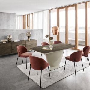 Z niewielkiego stołu, przy którym para może zjeść kolację w intymnej atmosferze, stół zmienia się w model idealny do dużej jadalni – zmieści się przy nim 12 osób. Fot. mat. prasowe BoConcept