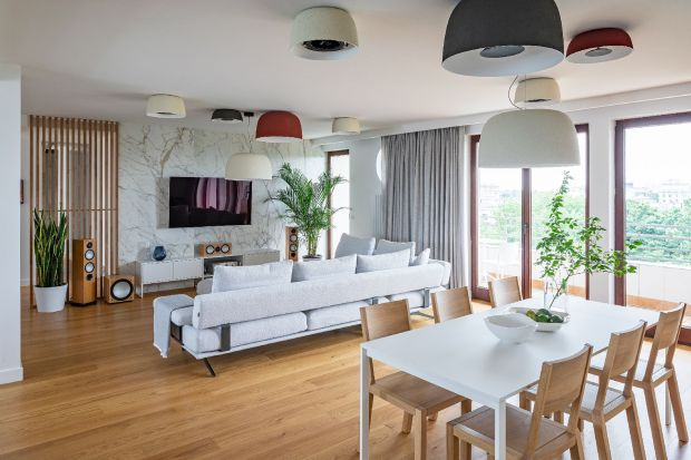 Projekt mieszkania na Mokotowie autorstwa pracowni Jacek Tryc Wnętrza łączy w sobie minimalizm i wygodę. Wystrój przenika troską o komfort użytkownika i dbałością o harmonię z naturą.