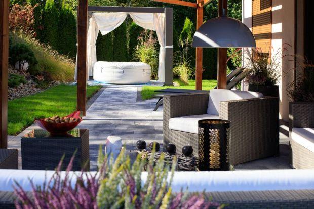 Stonowane kolory, szum fontanny, zieleń i prywatność – to elementy, które stworzą idealną strefę wypoczynku w przydomowym ogrodzie. Podpowiadamy, jak ją wykonać z użyciem betonowych prefabrykatów.