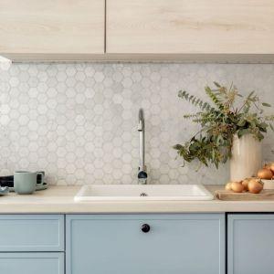 Ściana nad blatem w kuchni wykończona jest jasną heksagonalną mozaiką w beżowym kolorze. Projekt: Framuga Studio. Fot. Aleksandra Dermont