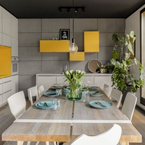 Ściana nad blatem w kuchni wykończona jest betonem. Projekt wnętrza: Maja i Marek Kostykiewicz, alekosmos.com. Fot. Aleksandra Dermont