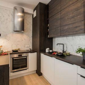 Ściana nad blatem w kuchni wykończona jest płytkami. Projekt i zdjęcie: pracownia KODO Projekty i Realizacje Wnętrz