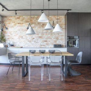 Ściana nad blatem w kuchni wykończona jest ceglaną okładziną ścienną Elkaminodom. Projekt: Justyna Kolasińska, Anna Wilniewczyk-Niebudek. Fot. Pion Poziom