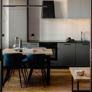 Ściana nad blatem w kuchni wykończona jest płytkami. Projekt: Fuga Architektura. Fot. Aleksandra Dermont
