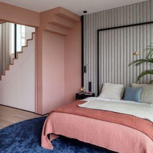 Ściana za łóżkiem w sypialni wykończona jest tapicerowanymi panelami. Projekt: Modeko.Studio. Fot. Marcin Grabowiecki. Stylizacja: Anna Tyślerowicz