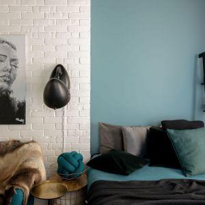 Ściana za łóżkiem w sypialni wykończona jest farbą w niebieski kolorze. Projekt: Maja i Marek Kostykiewicz, alekosmos.com. Fot. Aleksandra Dermont