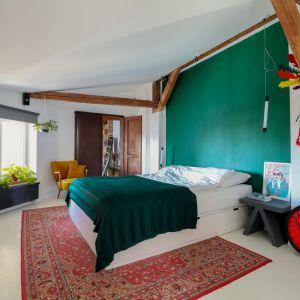 Ściana za łóżkiem w sypialni wykończona jest farbą w zielonym kolorze. Projekt: Szalbierz Design. Fot. Maja Musznicka Shine Studio
