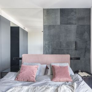 Ściana za łóżkiem w sypialni wykończona jest lustrem oraz wykładziną Dye Lab od firmy Polfloor o ciekawym wzorze.  Projekt: Justyna Kolasińska, Anna Wilniewczyk-Niebudek. Fot. Pion Poziom