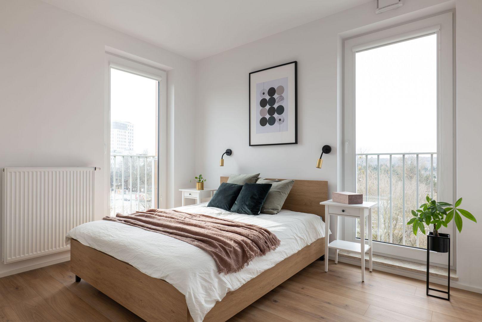 Ściana za łóżkiem w sypialni wykończona jest farbą w białym kolorze. Projekt i zdjęcia: KODO Projekty i Realizacje Wnętrz