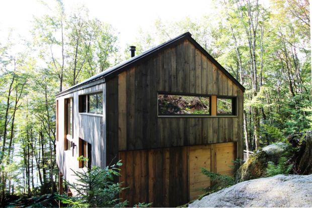 Otoczony naturą dom weekendowy Remote Lake Cabin położony jest nad jeziorem w górach Adirondack. Okolony drzewami na zboczu wzgórza budynek, zaprojektowany został przez pracownię Stonorov Workshop Architects.