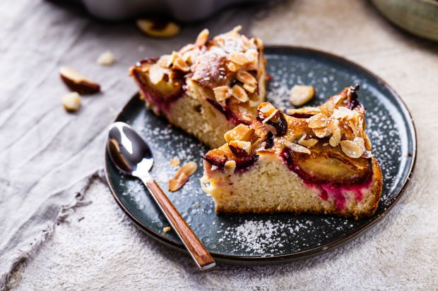 Polecamy prosty przepis na przygotowanie ciasta drożdżowego ze śliwkami. Jest pyszne!