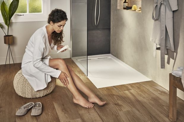 Prysznic to bardzo wygodne rozwiązanie w łazience o każdym metrażu. Pozwala na oszczędność miejsca, czasu i ograniczenie zużycia wody. Bazą dla prysznica jest odpowiednio zainstalowany brodzik. Zarówno w nowych, jak i remontowanych łazienkach b