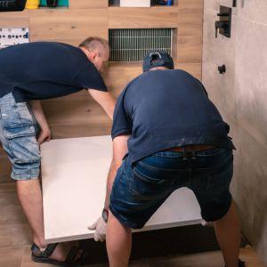 Brodzik z konglomeratu można docinać w wyznaczonych strefach, co pozwala na idealne dopasowanie wymiarów do naszych potrzeb i specyfiki łazienki. Fot. Roca