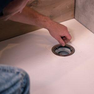 Zazwyczaj płaski brodzik montuje się w rogu przy ścianie łazienki, jednak często jest też umieszczany we wnękach, między dwiema ścianami. Fot. Roca