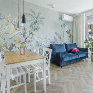 Jasne, wzorzyste ściany ładnie pasuję do jasnej, drewniane podłogi ułożone w jodełkę. Projekt: Beata Ignasiak, pracownia Ignasiak Interiors. Fot. Grupa Deix