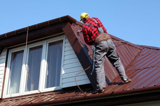 Po sezonie letnim warto pomyśleć o renowacji dach.Jest to znacznie tańsza i szybsza alternatywa niż jego wymiana. Dodatkowo renowację można wykonać samodzielnie.