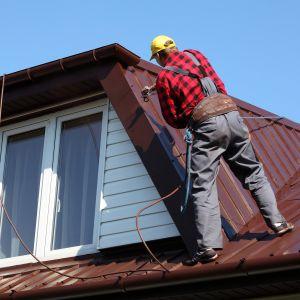 Usunięcie z dachu wszystkich zabrudzeń i zatłuszczeń jest konieczne w celu uzyskania trwałej powłoki malarskiej. Fot. Jurga