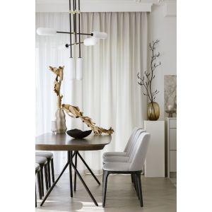 Jadalnię stanowi pokaźnych rozmiarów stół zaprojektowany przez Karim Rashida dla BoConcept, który projektantka połączyła z krzesłami polskiej marki Claudie Design. Fot. Yassen Hristov. Stylizacja: Anna Salak