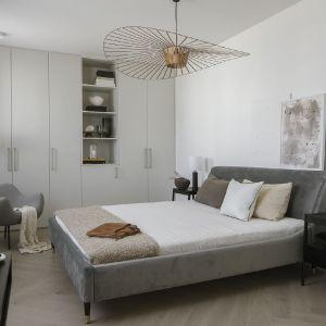 W sypialni również widać stylową bezkompromisowość. Fot. Yassen Hristov. Stylizacja: Anna Salak