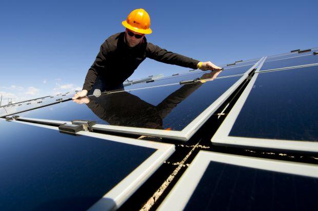 Instalacje fotowoltaiczne cieszą się w Polsce niesłabnącym zainteresowaniem. Wielu klientów zaczyna zastanawiać się, czy trzeba dbać o panele słoneczne, aby działały prawidłowo i pozwalały pozyskiwać darmowy prąd ze słońca przez wiele lat