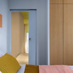 Kolor roku 2022 Dulux - inspirujący błękit, czyli Bright Skies w połączeniu z innymi kolorami proponowanymi jako trendy 2022 w projektowaniu biur.