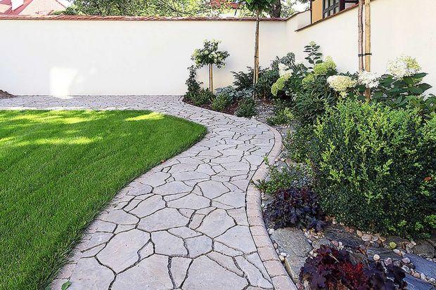 Zagospodarowanie terenu wokół domu wymaga dokładnego przemyślenia wielu aspektów funkcjonalnych i estetycznych. Szczególnie ważną rolę w jego planowaniu odgrywają ciągi komunikacyjne czyli chodniki, alejki i ścieżki. Podpowiadamy, gdzie i z c