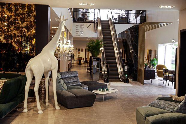 2000 m2 powierzchni wystawienniczej,urządzonej w nowoczesnej formie komfortowych apartamentów, spektakularna przestrzeń, która śmiało może konkurować z najlepszymi wzorami z Mediolanu, a w niej meble, dodatki, oświetlenie i okładziny ścienne.