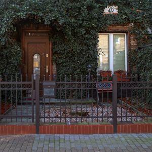 Ogrodzenie domu: model Jantar. Fot. Plast-Met Systemy Ogrodzeniowe