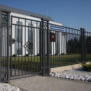 Architektura w stylu nowoczesnym bardzo lubi geometryczne kształty. Dlatego korzystnie jest przenieść tę geometrię także na ogrodzenie. Fot. Plast-Met Systemy Ogrodzeniowe