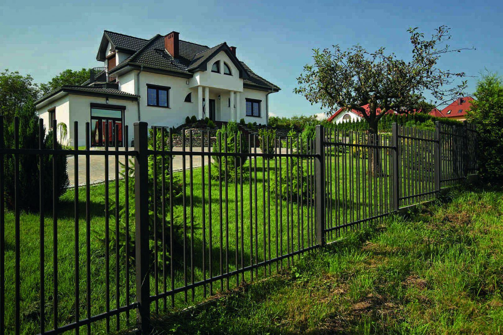 Dopasowując ogrodzenie do domu w stylu klasycznym warto sięgać po formy lekko stylizowane, czyli nawiązujące klimatem do budynku. Fot. Plast-Met Systemy Ogrodzeniowe