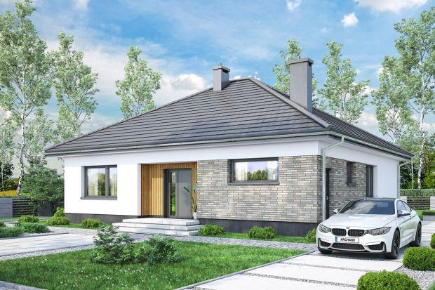 Ten parterowy dom to doskonała propozycja dla niedużej rodziny. Ma bardzo wygodny układ wnętrza i duży taras.Prosta i nowoczesna bryła oraz czterospadowy dach sprawiają, że dom jest łatwy i niedrogi w budowie.
