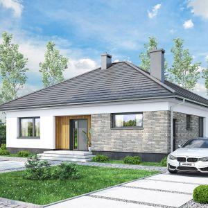 Dom ma prostą, nowoczesną bryłę i czterospadowy dach. Projekt: pracownia Archand