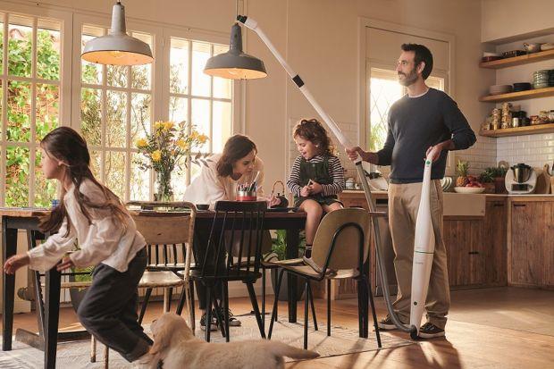Przed właścicielami czworonogów jeden z najtrudniejszych okresów w roku pod względem utrzymania czystości w domu. Piach, błoto i liście przyniesione na łapkach pupila z deszczowego spaceru, a także sezonowe linienie sierści to nie lada wyzwanie