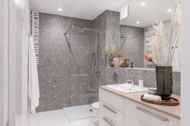 Wykańczając łazienkę czy kabinę prysznicową najczęściej decydujemy się na położenie płytek ceramicznych na ścianach i podłodze. Nic dziwnego, gdyż tego typu okładziny pięknie się prezentują, są praktyczne i łatwo je utrzymać w czysto