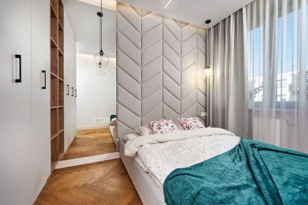 Farby, tapeta, tapicerowany zagłówek, cegła. Ścianę za łóżkiem możesz wykończyć na wiele różnych sposobów. Co wybrać? Zobacz nasze pomysły. Są świetne!