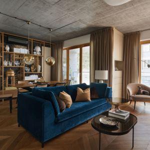 Niebieska kanapa i beżowy fotel świetnie wyglądają w stylowym salonie. Projekt: Karol Ciepliński, pracownia BLACKHAUS. Fot. Bartłomiej Sękowski