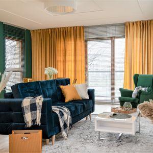 Zielony fotel i niebieska kanapa w salonie to bardzo ciekawy zestaw. Projekt i zdjęcia: KODO Projekty i Realizacje Wnętrz