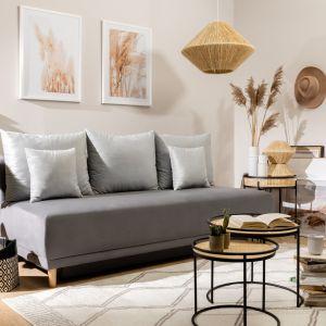 Sofa do małego salonu z kolekcji Rina. W jasnym, szarym kolorze i bez boczków. Dostępna w ofercie Black Red White. Cena: 1.499 zł. Fot. Black Red White