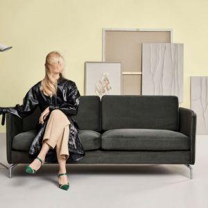 Sofa do małego salonu z kolekcji Lille. W szarym kolorze. Dostępna w ofercie firmy BoConcept. Cena: Fot. BoConcept
